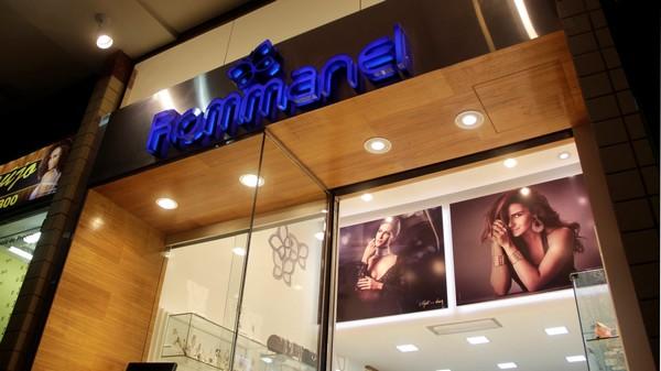 A identidade visual da marca impressa na arquitetura da loja
