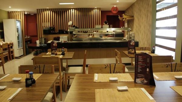 Restaurante decorado com madeira