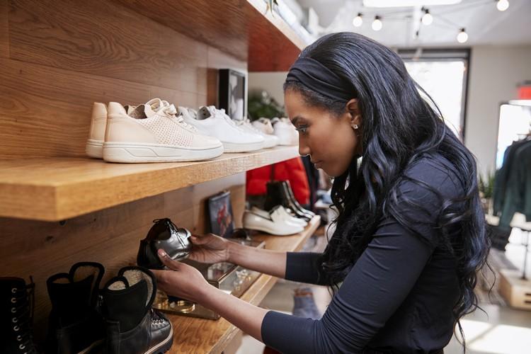 Saiba como decorar uma loja de calçados